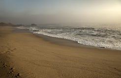 Piękna ocean woda z fala Denny piaska brzeg Fotografia Royalty Free