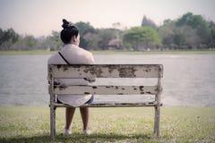 Piękna osamotniona kobieta siedzi samotnie dalej w sfrustowanej depresji Zdjęcia Royalty Free