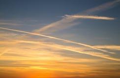 Piękna panorama wieczór niebieskie niebo z barwionymi chmurami fotografia stock