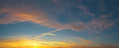 Piękna panorama wieczór niebieskie niebo z barwionymi chmurami fotografia royalty free
