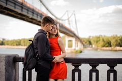Piękna para na tle most Obraz Royalty Free