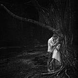 Piękna para w dramatycznym lesie Obrazy Stock