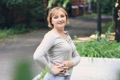 piękna parkowa kobieta Zdjęcia Royalty Free