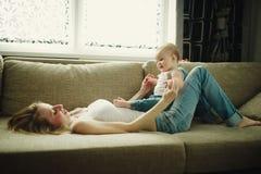 Piękna potomstwo matka z dzieckiem zdjęcie royalty free