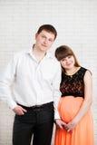 Piękna potomstwo para oczekuje dziecka Zdjęcia Stock