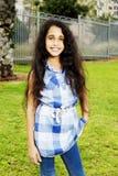 Piękna powabna dziewczyna w cajgach w parku Obraz Stock