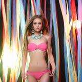 Piękna przedstawienie dziewczyna w bikini Obrazy Stock
