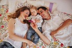 Piękna rodzina trzy ludzie, mama tata i córka, Obraz Stock