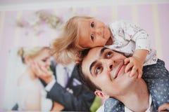 Piękna rodzina trzy ludzie, mama tata i córka, obrazy stock