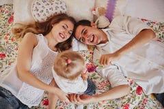 Piękna rodzina trzy ludzie, mama tata i córka, zdjęcie royalty free