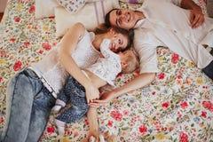 Piękna rodzina trzy ludzie, mama tata i córka, obrazy royalty free