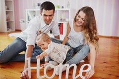 Piękna rodzina trzy ludzie, mama tata i córka, Zdjęcie Stock