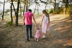 Piękna rodzina trzy ludzie, mama tata i córka, fotografia stock