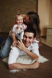 Piękna rodzina trzy ludzie, mama tata i córka, obraz royalty free