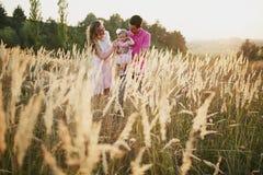 Piękna rodzina trzy ludzie, mama tata i córka, Zdjęcia Royalty Free
