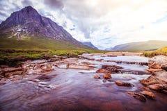 Pi?kna rzeczna g?ra krajobrazu sceneria w roztoce Coe, Szkoccy ?redniog?rza, Szkocja sunshine fotografia royalty free