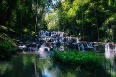 Piękna Sam Lan siklawa w lesie, Khao Sam Lan obywatel Zdjęcia Stock