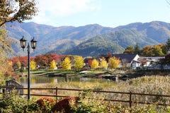 Piękna scena góra i laguna w jesieni Fotografia Royalty Free
