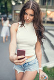 Piękna, seksowna dziewczyna bierze selfie w ulicie, Zdjęcia Royalty Free