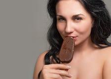 Piękna seksowna dziewczyna z lody Obrazy Royalty Free