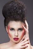 Piękna makeup z czerwonymi błyskotliwość wargami Obrazy Royalty Free