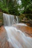 Piękna siklawa w tropikalnym lesie deszczowym Zdjęcia Stock
