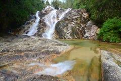 Piękna siklawa w tropikalnym lesie deszczowym Zdjęcie Stock