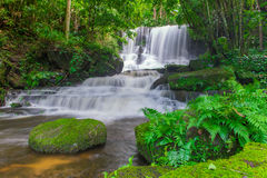 piękna siklawa w tropikalnym lesie deszczowym przy phu balii berk góry phet Fotografia Royalty Free