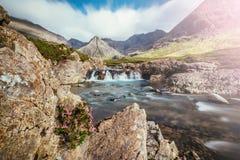Pi?kna siklawy sceneria na wyspie Skye, Szkocja: Czarodziejscy baseny, roztoka Chrupliwa, Szkocja sunshine obraz stock