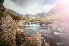 Pi?kna siklawy sceneria na wyspie Skye, Szkocja: Czarodziejscy baseny, roztoka Chrupliwa, Szkocja sunshine obraz royalty free