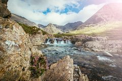Pi?kna siklawy sceneria na wyspie Skye, Szkocja: Czarodziejscy baseny, roztoka Chrupliwa, Szkocja sunshine zdjęcia stock