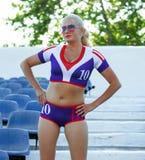 Piękna sportsmenka na krokach stojaki stadium Obrazy Royalty Free