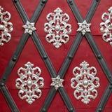 Piękna srebna dekoracja na czerwonym drzwi obraz stock