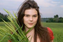 piękna sukni pola dziewczyny zieleni czerwieni banatka Zdjęcie Royalty Free