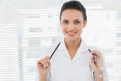 Piękna ufna kobiety lekarka z stetoskopem Fotografia Stock