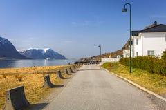 Piękna ulica z wakacji domami przy fiordami Zdjęcia Stock