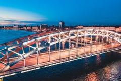 Pi?kna wiecz?r scena z s?awnym wierza mostem StPetersburg iluminowa? i odbija? w Neva rzece obraz royalty free