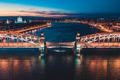 Pi?kna wiecz?r scena z s?awnym wierza mostem StPetersburg iluminowa? i odbija? w Neva rzece zdjęcie stock