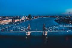 Pi?kna wiecz?r scena z s?awnym wierza mostem StPetersburg iluminowa? i odbija? w Neva rzece fotografia royalty free