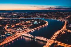 Pi?kna wiecz?r scena z s?awnym wierza mostem StPetersburg iluminowa? i odbija? w Neva rzece obraz stock