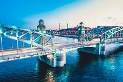 Pi?kna wiecz?r scena z s?awnym wierza mostem StPetersburg iluminowa? i odbija? w Neva rzece zdjęcia stock