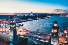 Pi?kna wiecz?r scena z s?awnym wierza mostem StPetersburg iluminowa? i odbija? w Neva rzece zdjęcie royalty free