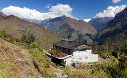 Piękna wioska i Dhaulagiri himal Fotografia Royalty Free