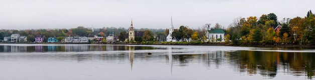 Piękna wioska przy jeziorem w Wschodnim Kanada Fotografia Royalty Free