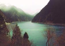Piękna wiosny góra, jezioro i zdjęcia royalty free