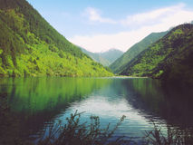 Piękna wiosny góra, jezioro i Zdjęcie Royalty Free