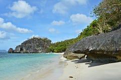 Piękna wyspa i drzewka palmowe w El Nido, Palawan, Filipiny Fotografia Stock