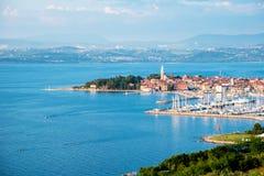 Pi?kna zadziwiaj?ca miasto sceneria z ?odziami w zatoce w Izola, Slovenia Cudowni ekscytuje miejsca wakacje, odpoczynek - poj?cie obraz royalty free