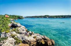Piękna zatoka z turkusem nawadnia i skalista linia brzegowa Xel H Fotografia Stock