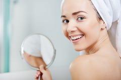 Piękna zdrowa kobieta i odbicie w lustrze Zdjęcia Stock